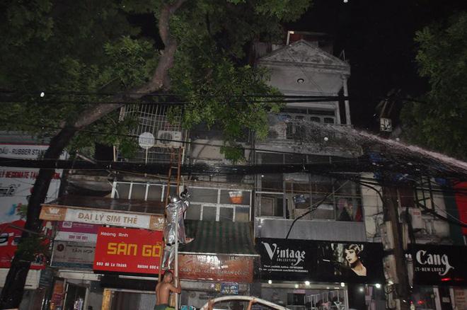 Cháy lớn trên đường Đê La Thành lan sang 7 nhà, cắt điện khu vực để cứu hỏa - Ảnh 7.
