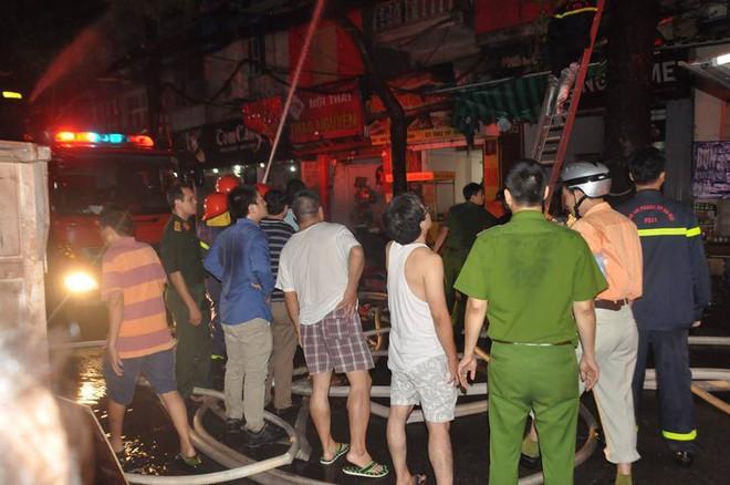 Cháy lớn trên đường Đê La Thành lan sang 7 nhà, cắt điện khu vực để cứu hỏa - Ảnh 10.