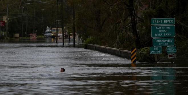 Ảnh: Bờ Đông nước Mỹ tan hoang, nước không ngừng dâng cao do bão Florence - Ảnh 13.