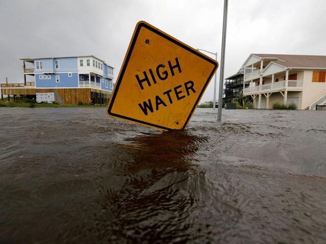 Ảnh: Bờ Đông nước Mỹ tan hoang, nước không ngừng dâng cao do bão Florence - Ảnh 9.