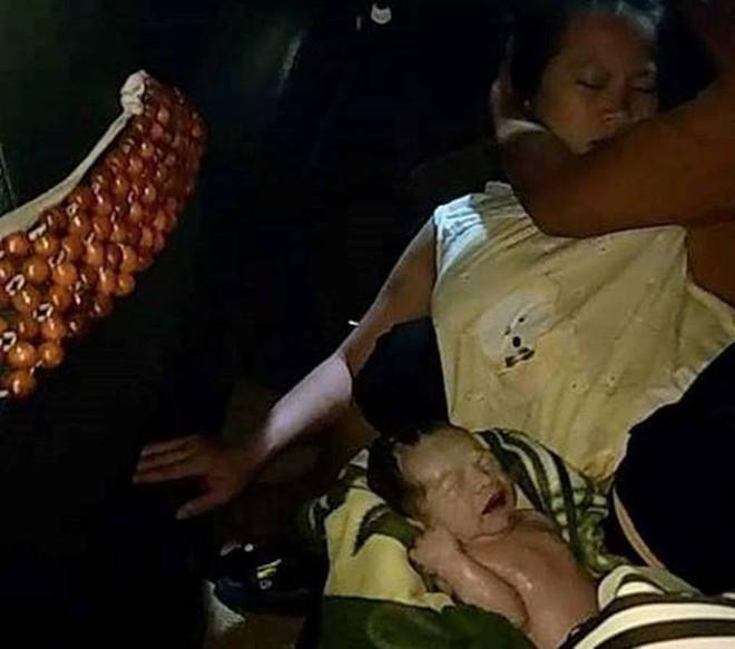 Chở sản phụ đi sinh không kịp, tài xế đỡ đẻ ngay trên taxi - Ảnh 1.