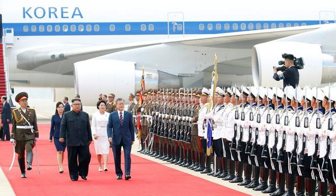 Thượng đỉnh liên Triều: Ấn tượng hình ảnh 2 ông Moon-Kim thân như bạn hữu lâu ngày tái ngộ - Ảnh 4.