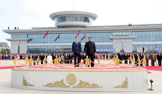Thượng đỉnh liên Triều: Ấn tượng hình ảnh 2 ông Moon-Kim thân như bạn hữu lâu ngày tái ngộ - Ảnh 8.