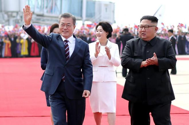 Thượng đỉnh liên Triều: Ấn tượng hình ảnh 2 ông Moon-Kim thân như bạn hữu lâu ngày tái ngộ - Ảnh 6.