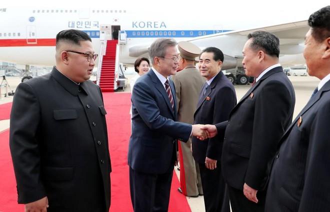 Thượng đỉnh liên Triều: Ấn tượng hình ảnh 2 ông Moon-Kim thân như bạn hữu lâu ngày tái ngộ - Ảnh 3.