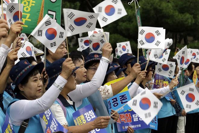 Thượng đỉnh liên Triều: Ấn tượng hình ảnh 2 ông Moon-Kim thân như bạn hữu lâu ngày tái ngộ - Ảnh 11.
