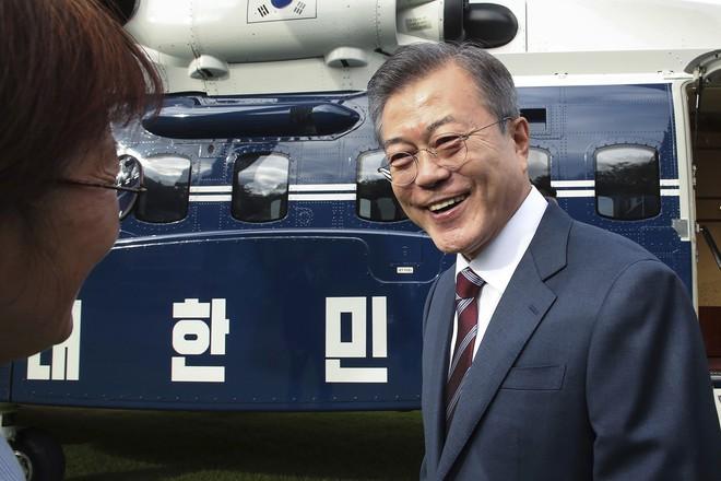 Thượng đỉnh liên Triều: Ấn tượng hình ảnh 2 ông Moon-Kim thân như bạn hữu lâu ngày tái ngộ - Ảnh 10.