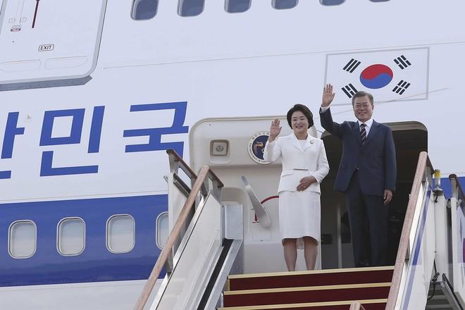 Thượng đỉnh liên Triều: Ấn tượng hình ảnh 2 ông Moon-Kim thân như bạn hữu lâu ngày tái ngộ - Ảnh 9.
