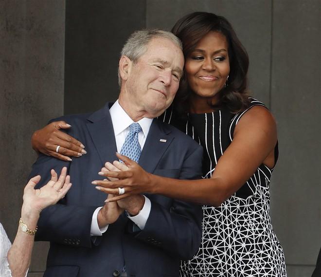 Người Mỹ ào ào ca ngợi hành động ấm lòng của ông Bush dành cho bà Obama tại lễ tang TNS McCain - Ảnh 1.