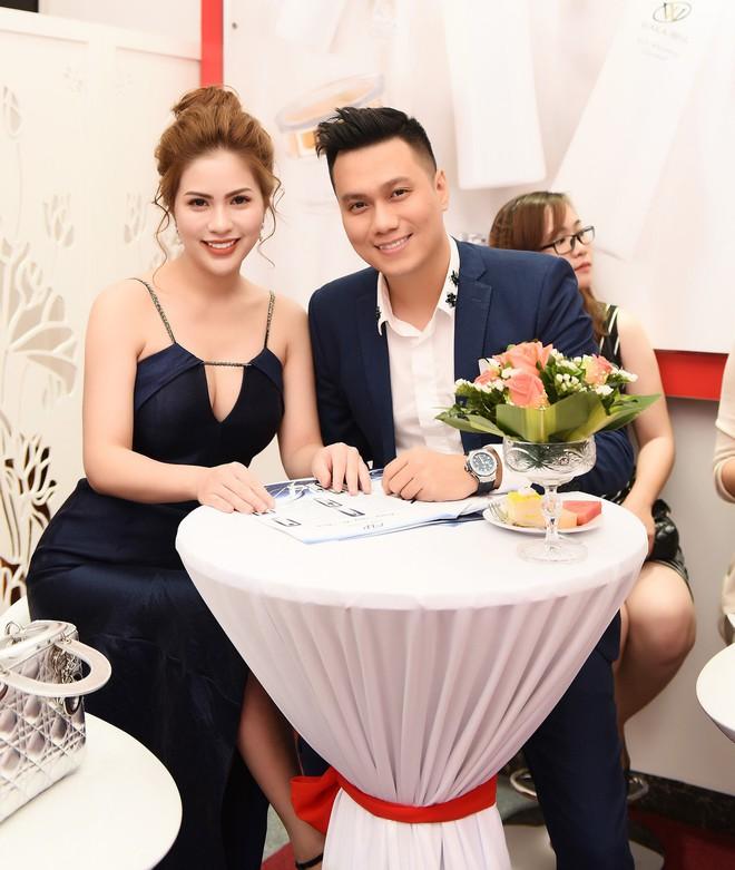 Vợ Việt Anh ăn mặc sexy, đẹp nổi bật tại sự kiện - Ảnh 3.