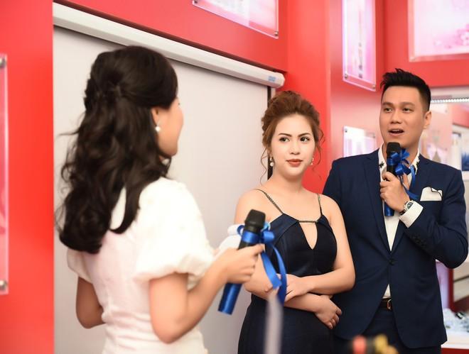 Vợ Việt Anh ăn mặc sexy, đẹp nổi bật tại sự kiện - Ảnh 4.