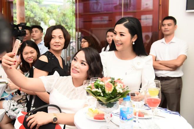Vợ Việt Anh ăn mặc sexy, đẹp nổi bật tại sự kiện - Ảnh 7.