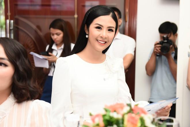Vợ Việt Anh ăn mặc sexy, đẹp nổi bật tại sự kiện - Ảnh 8.