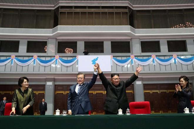 Khoảnh khắc lịch sử: Lần đầu tiên một Tổng thống Hàn Quốc phát biểu trước biển người Triều Tiên - Ảnh 3.
