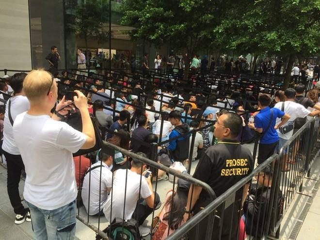Chị em người Việt đứng đầu hàng người chờ mua iPhone mới tại Apple Store Singapore - Ảnh 1.