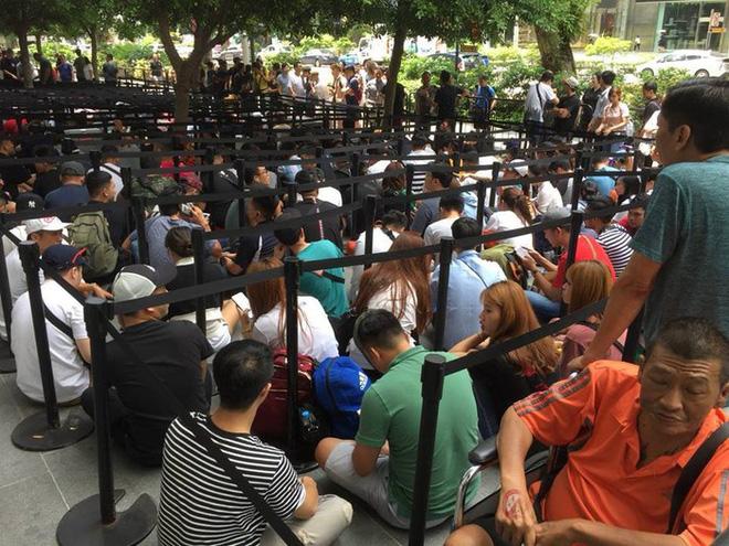 Chị em người Việt đứng đầu hàng người chờ mua iPhone mới tại Apple Store Singapore - Ảnh 2.
