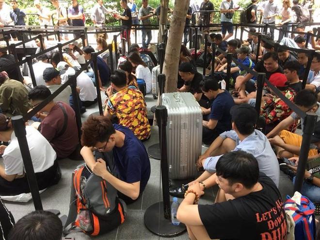 Chị em người Việt đứng đầu hàng người chờ mua iPhone mới tại Apple Store Singapore - Ảnh 3.