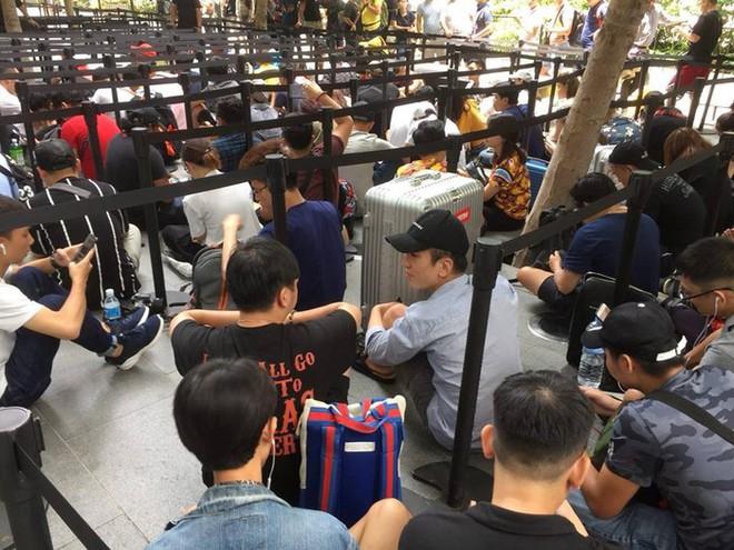 Chị em người Việt đứng đầu hàng người chờ mua iPhone mới tại Apple Store Singapore - Ảnh 4.