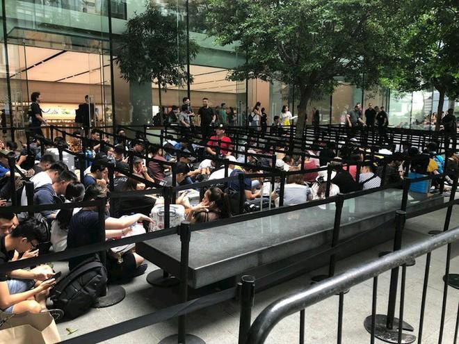 Chị em người Việt đứng đầu hàng người chờ mua iPhone mới tại Apple Store Singapore - Ảnh 5.