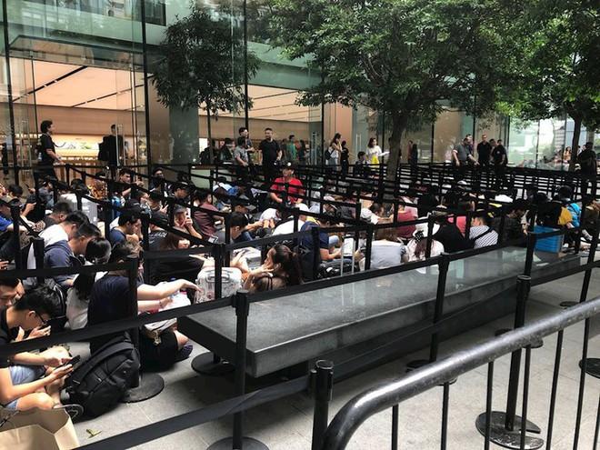 Chị em người Việt đứng đầu hàng người chờ mua iPhone mới tại Apple Store Singapore - Ảnh 6.
