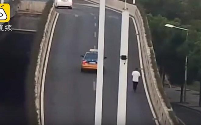 Tài xế nhảy từ trên cầu vượt xuống đất khi bị kiểm tra bia rượu, nhập viện rồi mới biết mình không say