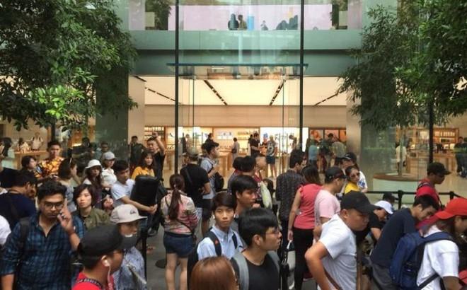 Chị em người Việt đứng đầu hàng người chờ mua iPhone mới tại Apple Store Singapore