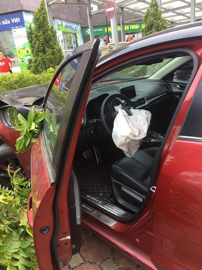 Vừa bị phạt 22,5 triệu, Mazda 3 náo loạn Cầu Diễn lại gây tai nạn - Ảnh 1.