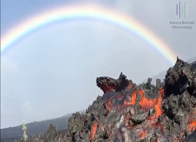 Vẻ đẹp đáng sợ khi núi lửa phun trào ở Hawaii - Ảnh 1.