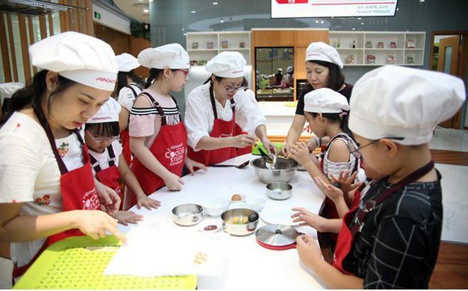 Hà Nội: Trẻ nhỏ thích thú cùng cha mẹ làm những chiếc bánh Trung thu cực ngộ nghĩnh