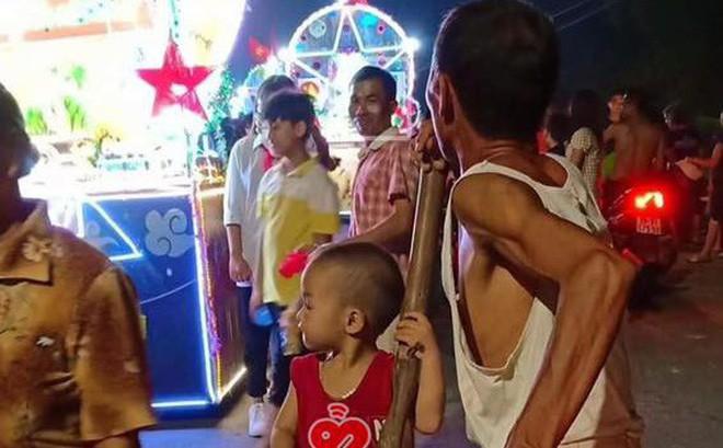 Trong đêm Trung thu, hình ảnh ông đèo cháu đi chơi khiến người ta phải ngoái lại nhìn
