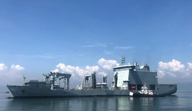 Khu trục hạm Hải quân Canada treo cờ rủ khi thăm Việt Nam - Ảnh 1.