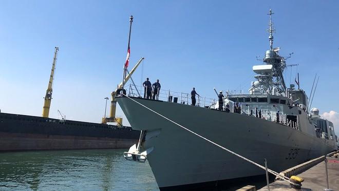 Khu trục hạm Hải quân Canada treo cờ rủ khi thăm Việt Nam - Ảnh 2.