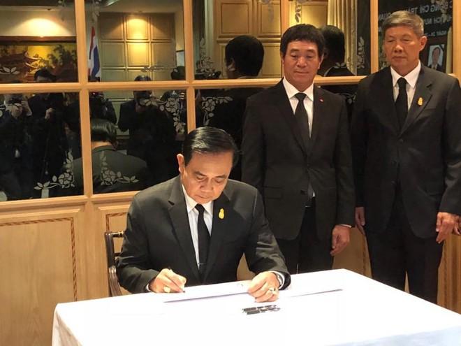 Thủ tướng Thái Lan Prayut Chan-ocha viếng cố Chủ tịch nước Trần Đại Quang - Ảnh 1.
