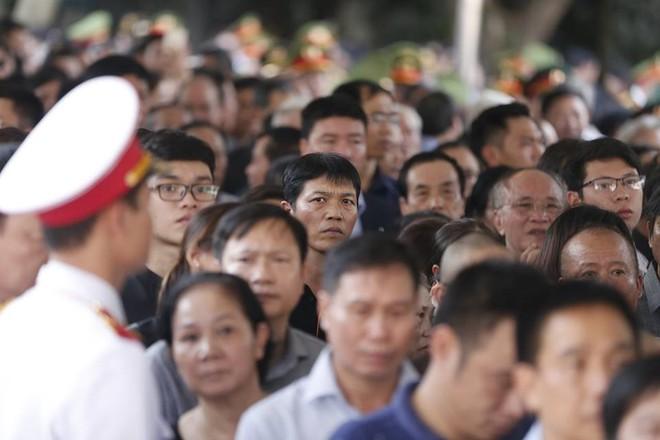 Nhân dân Thủ đô xếp hàng dài vào viếng Chủ tịch nước Trần Đại Quang - Ảnh 1.