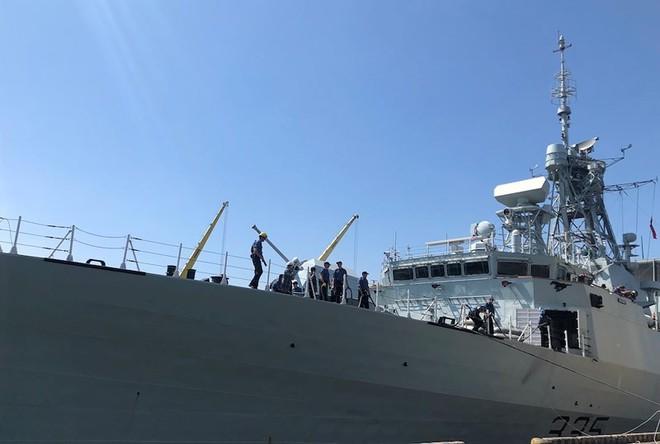 Khu trục hạm Hải quân Canada treo cờ rủ khi thăm Việt Nam - Ảnh 3.