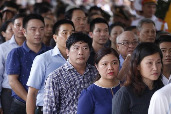 Nhân dân Thủ đô xếp hàng dài vào viếng Chủ tịch nước Trần Đại Quang - Ảnh 2.