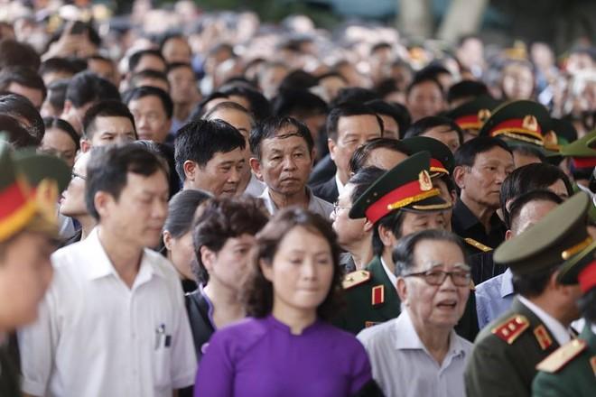 Nhân dân Thủ đô xếp hàng dài vào viếng Chủ tịch nước Trần Đại Quang - Ảnh 3.