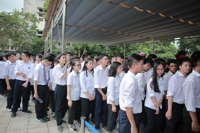 Nhân dân Thủ đô xếp hàng dài vào viếng Chủ tịch nước Trần Đại Quang - Ảnh 4.