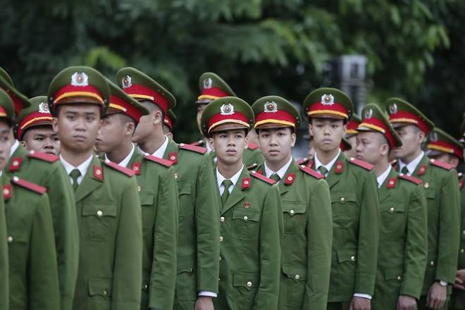 Nhân dân Thủ đô xếp hàng dài vào viếng Chủ tịch nước Trần Đại Quang - Ảnh 7.