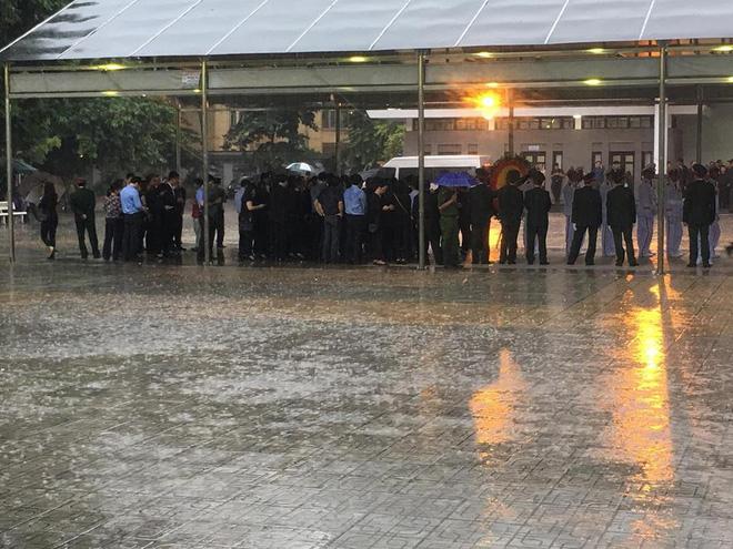 Nhân dân Thủ đô xếp hàng dài vào viếng Chủ tịch nước Trần Đại Quang - Ảnh 8.