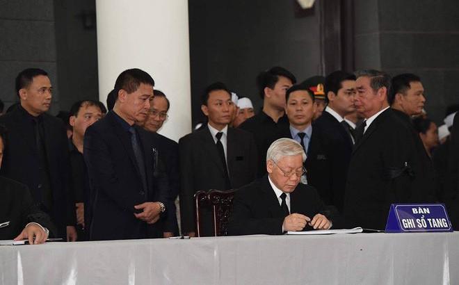 """Tổng Bí thư Nguyễn Phú Trọng ghi sổ tang: """"Xin kính cẩn nghiêng mình trước anh linh Đồng chí Trần Đại Quang"""""""