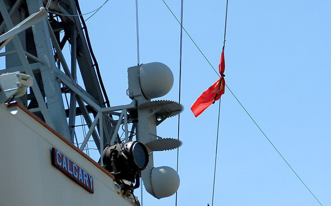 Chiến hạm Canada treo cờ rủ quốc tang Chủ tịch nước Trần Đại Quang