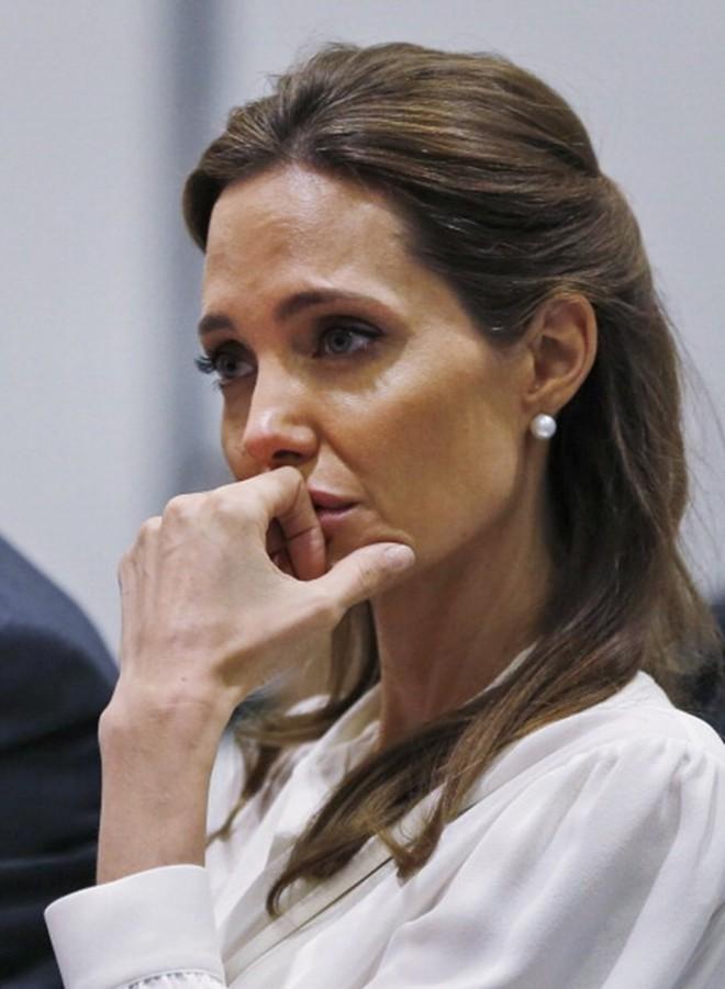 Rộ tin Angelina Jolie bỗng cầu xin quay lại với Brad Pitt vì sợ anh tái hợp Jennifer Aniston - Ảnh 1.