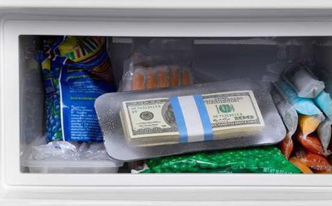 """Quên mất mình giấu 800 triệu trong tủ lạnh, bà cô mất trắng khoản tiết kiệm cả đời vì """"vô tư"""" đem đi đổi cái mới"""