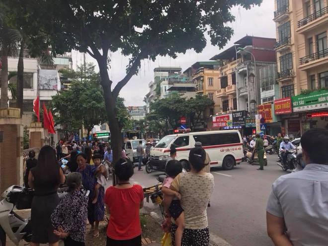 Ô tô con đâm gục hàng loạt xe máy trên phố Hà Nội, 3 người bị thương - Ảnh 6.