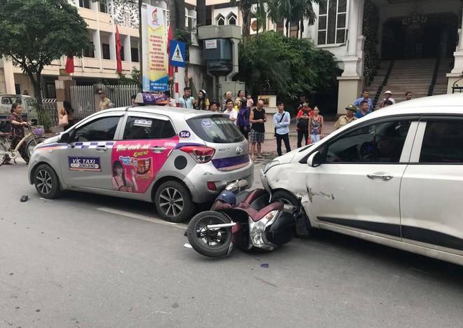 Ô tô con đâm gục hàng loạt xe máy trên phố Hà Nội, 3 người bị thương - Ảnh 1.