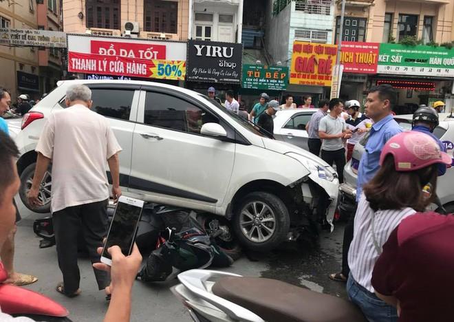 Ô tô con đâm gục hàng loạt xe máy trên phố Hà Nội, 3 người bị thương - Ảnh 2.