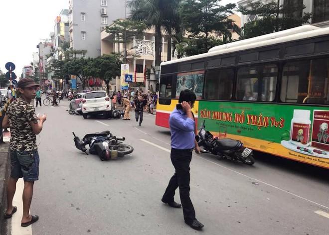 Ô tô con đâm gục hàng loạt xe máy trên phố Hà Nội, 3 người bị thương - Ảnh 3.