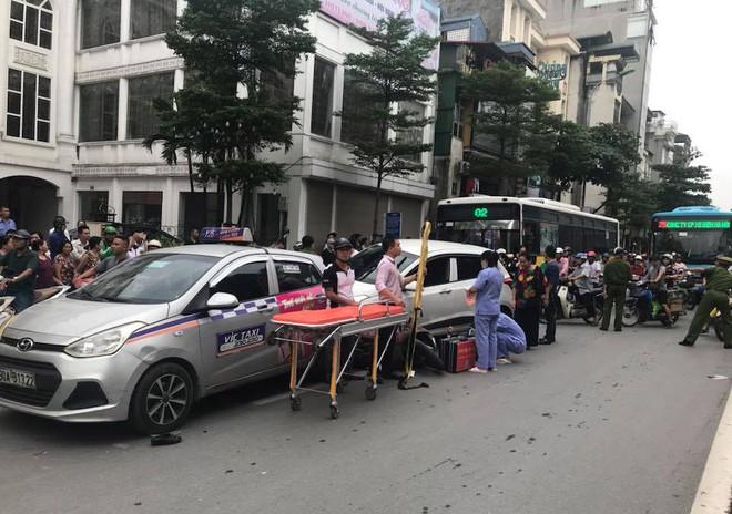 Ô tô con đâm gục hàng loạt xe máy trên phố Hà Nội, 3 người bị thương - Ảnh 5.