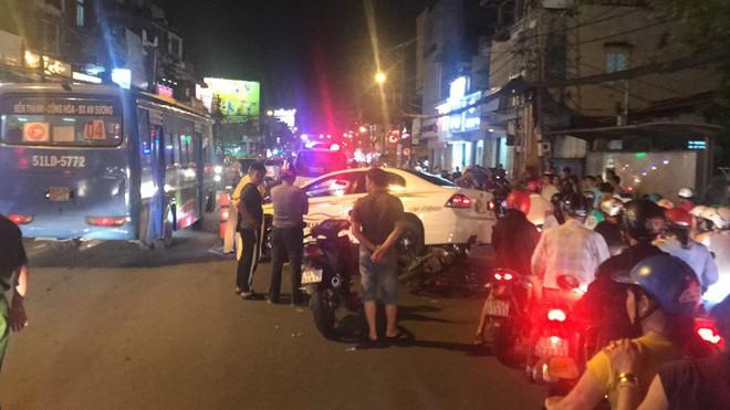 Xe máy cắm chặt, nhấc bổng ô tô 4 chỗ sau tai nạn ở Sài Gòn - Ảnh 1.